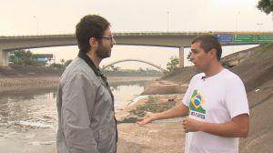 Rafinhas Bastos faz entrevista à beira do Rio Tietê